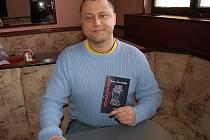 Oceněný stříbrský autor Jan Vavřička s knihou jeho povídek
