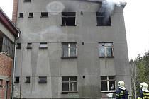 Z výšky osmi metrů vyskočily ve čtvrtek odpoledne z hořícího domu v Ošelíně dvě děti.