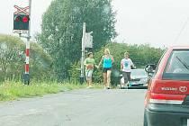 PROVOZ NA SILNICI SE ZASTAVIL kvůli poruše signalizačního zařízení. Po chvíli marného čekání se však řidiči rozhodli jet dál. Mladá rodina z jednoho z automobilů se rozhodla překonat přejezd pěšky.