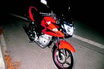 Motocykl Honda. Motorkář už nedokázal střetu zabránit.