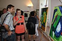 NÁVŠTĚVNÍCI VERNISÁŽE si prohlížejí obrazy členů Klubu výtvarníků Borska. Výstava, která se koná k 15 letům od založení klubu, potrvá do 9. září.