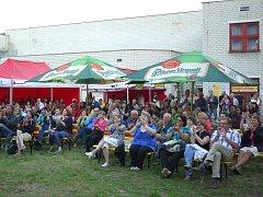 PUBLIKUM postupně zaplnilo celý festivalový areál za kulturním domem.