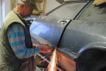 NEJHORŠÍ JE OPRAVA KAROSÉRIE tvrdí Jaroslav Hofmann z Čečkovic. Na snímku při opravě dveří svého auta Ford Capri, kterému je třicet let.