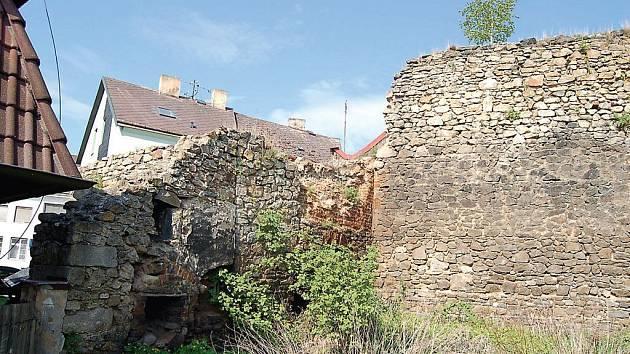 Takto vypadají v současnosti městské hradby v dolní části Paneneské ulice v Tachově. Ještě letos se můžeme těšit na jejich opravu. Pohled na ně pak snad bude veselejší