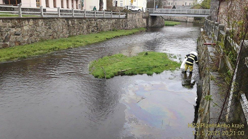 Hasiči likvidovali na řece Mži v Tachově olejovou skvrnu.