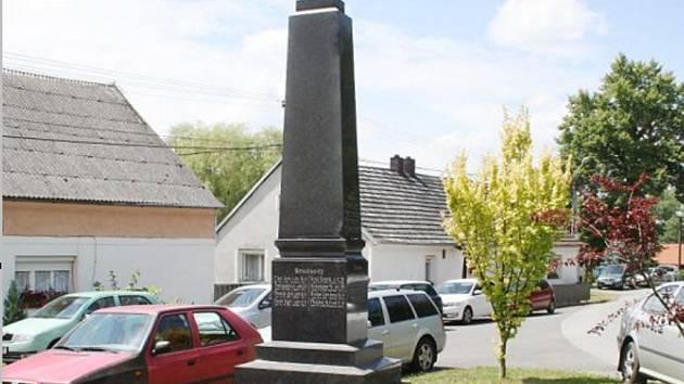 POMNÍK padlým v první světové válce z Bernartic a okolí nedávno kompletně opravili.