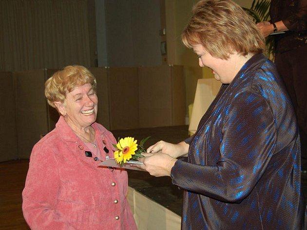 Libuše Kurková (vlevo) přebírá od ředitelky MěKS Tachov Boženy Vaňkové čestné uznání za účast v soutěži Tachovská reneta.