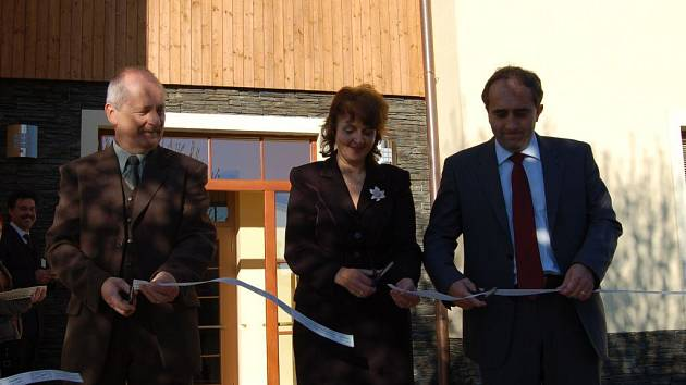 Přestřižení pásky provedli náměstek ministra životního prostředí František Pelc, náměstkyně hejtmana Plzeňského kraje Olga Kalčíková a ředitel Agentury ochrany životního prostředí František Pajer (zleva).