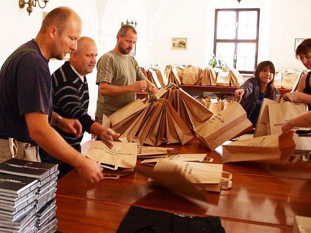 PYTLÍKOVÁNÍ DÁREČKŮ. Členové Hornicko historického spolku Stříbro připravovali o víkendu dárkové tašky pro účastníky setkání hornických měst.