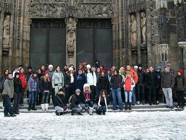 GYMNAZISTÉ V NORIMBERKU. Bezmála padesátka studentů stříbrského gymnázia navštívila předvánoční Norimberk. Studenti se vyfotografovali před kostelem sv. Vavřince.