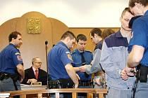 Čtveřici zlodějů, která se zaměřila na krádeže aut a motorek, přivezla před senát Okresního soudu v Tachově eskorta z vazební věznice.