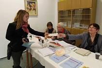 Přišla jsem volit, protože mi záleží na budoucnosti. Tak okomentovala jednadvacetiletá Jana Holubová (vlevo) svoji účast ve volbách. Volila ve Stříbře.