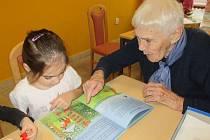 Děti z mateřinky se pravidelně setkávají se seniory.