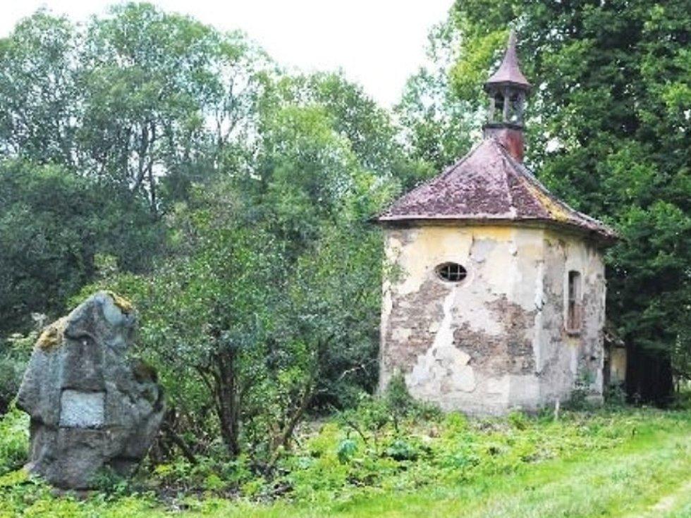 V ZELENI. Náves ve Výškovicích s Goethovým památníkem, kaplí a lípou.