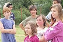 Děti z Lestkova oslavili v pátek v podvečer příchod prázdnin. Na jejich úvod si zahráli fotbal s místními hasiči. Před utkáním se konala válečná porada