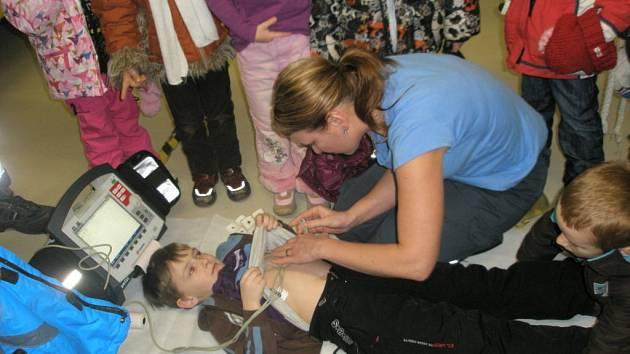 Malí průzkumníci prolezli sanitky a vyzkoušeli lékařské přístroje