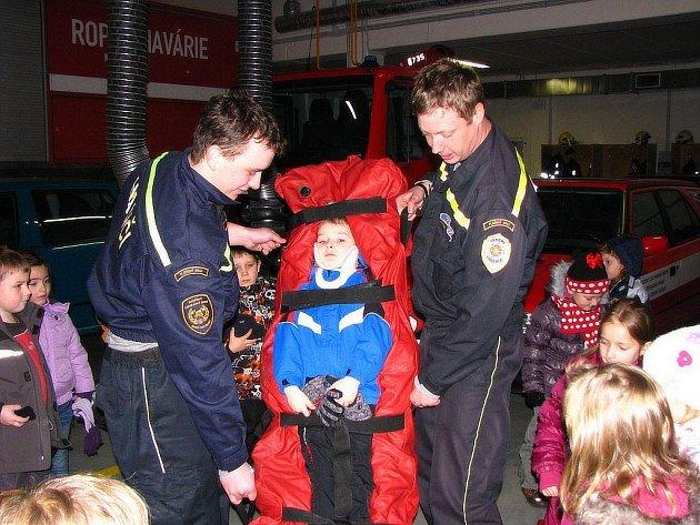 Děti z mateřinky navštívily hasiče a seznámily se s jejich povoláním i technikou.