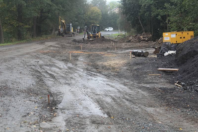 Mostek u hráze rybníku v Lesné je dokončen, teď se bude dělat nová silnice.