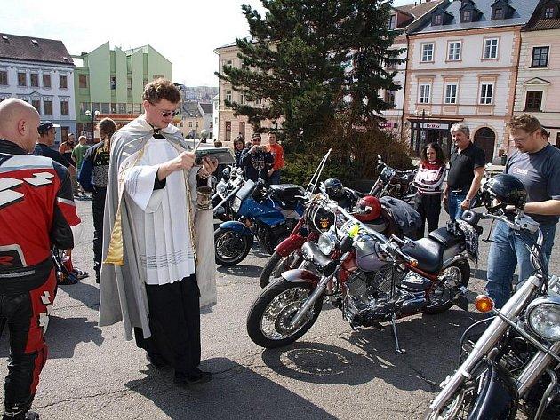 Motorkáři otevírali v Tachově jaro. Požehnal jim i farář