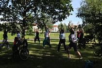 Nejstarší cvičitelka jógy na Tachovsku vedla svoji hodinu v přírodě.
