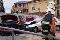 Hasiči kontrolují situaci u dopravní nehody.