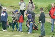 Děti se učily hrát golf.