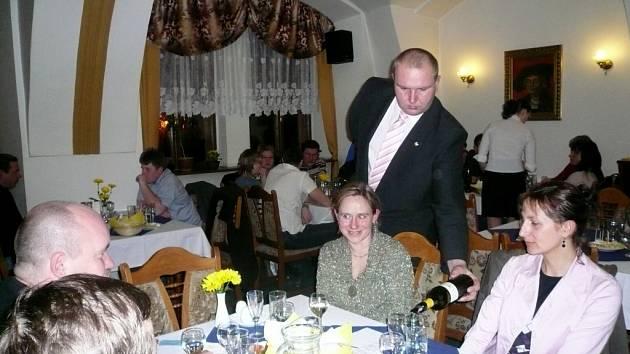 Sommelier dolévá vína Evě Tomešové(vpravo) a Jindře Ticháčkové