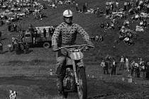 Miloslav Souček v typické kostkované košili za řídítky motokrosového motocyklu ESO na trati v Holicích při Mistrovství Československa v roce 1960.