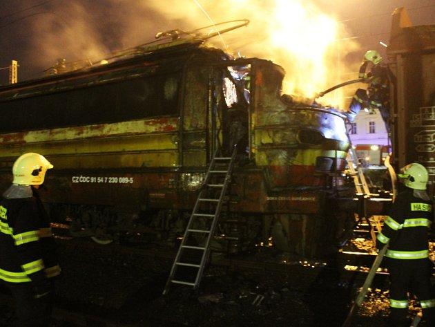 NEDĚLNÍ požár lokomotivy na nádraží v Plané napáchal na tažném stroji a trakčním zařízení přibližně třímilionovou škodu.