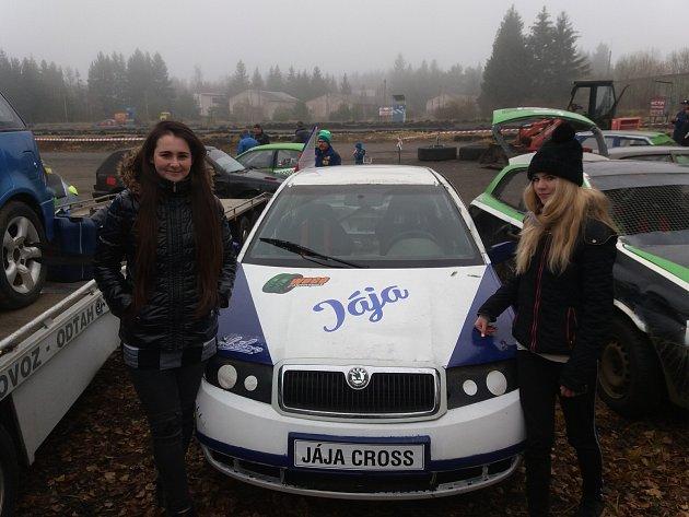 Janin nový vůz, vlevo Martina Kaduchová, dárce vozidla a zároveň spolujezdec ze závodů v Rožmitále.