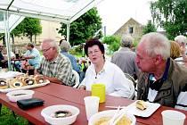 Na hřišti u kostela se sešli čeští i němečtí pamětníci.