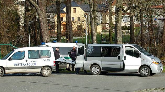 Pětadvacetiletý bezdomovec zemřel v pátek ráno u zimního stadionu v Tachově.