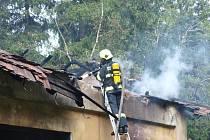 Čtyři hasičské jednotky likvidovaly požár opuštěného drážního domku nedaleko chatové oblasti pod Vížkou.