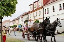 U příležitosti Dne koní se v Kladrubech v neděli konal průvod obcí, jehož se zúčastnilo jedenadvacet koní.