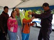 KLIENTI DOMOVA V MILÍŘÍCH se  podrobně seznámili a mohli si osahat  vybavení hasičského záchranného sboru