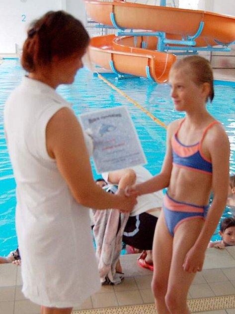 Vysvědčení za absolvování výcviku předala instruktorka Jitka Pavelková i Míše Hrůzové (obě na snímku).
