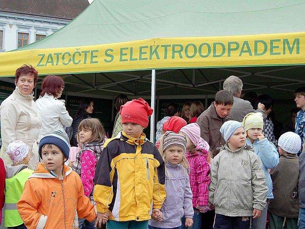 JAK NAKLÁDAT SE STARÝMI ELEKTROSPOTŘEBIČI. Desítky školáků se ve středu na tachovském náměstí účastnily osvětové kampaně nazvané Zatočte s elektroodpadem.