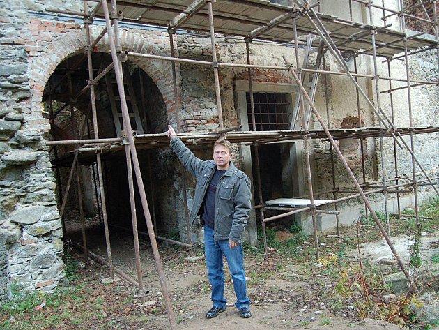 Miroslav Cingroš z Občanského sdružení Zvon ukazuje, jaké záchranářské práce zatím byly na kostele provedeny.