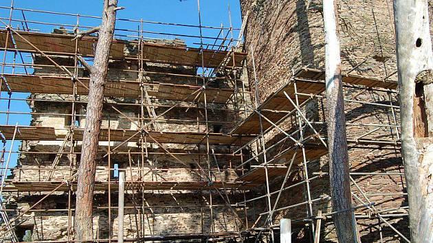 DRUHÁ ETAPA postupné záchrany nejhodnotnějších částí zříceniny hradu Gutštejna potrvá do konce letošního roku. Příští rok se chystá dokončovací třetí etapa.