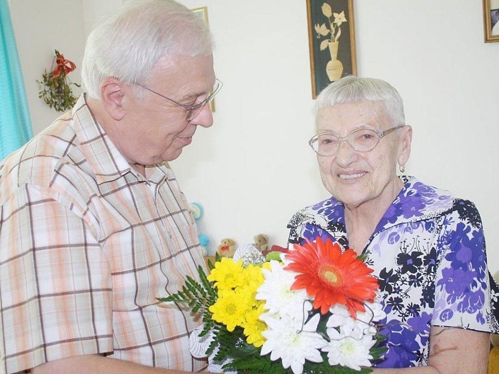 OSLAVENKYNI Aloisii Prokopové přišli poblahopřát zástupci města v čele s místostarostou Václavem Svobodou.