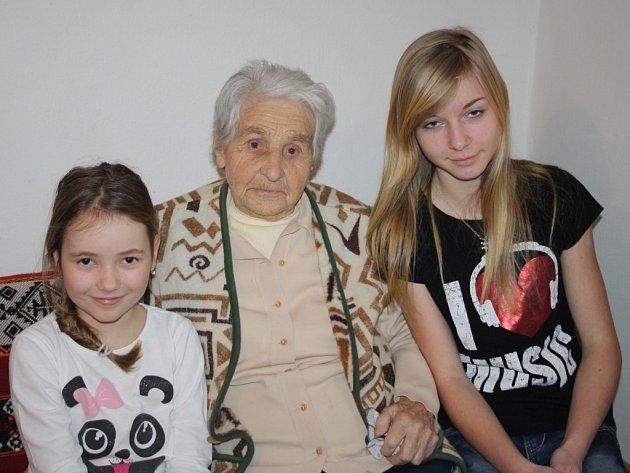 Olga Lipchavská, 94letá nejstarší obyvatelka Benešovic, se svými pravnučkami Šárkou (vpravo) a Evou (vlevo)