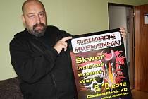 Richard Malát s plakátem pátečního koncertu