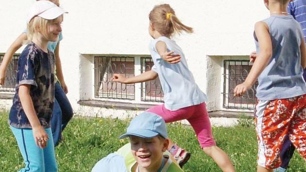 V Mraveništi to v těchto dnech žije příměstským táborem. V pondělí si děti užívaly při hře na Buldoka.