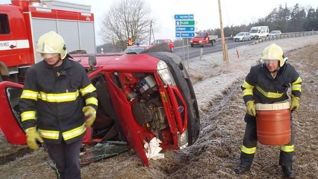 DVĚ OSOBNÍ AUTA skončila po nehodě v příkopech. Dvě osoby cestující v dacii byly zraněny, v druhém osobním autě a v autobusu nebyl zraněn nikdo.