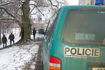 Kriminalisté ohledávají místo, kde byl nalezený oběšený dvacetiletý muž.