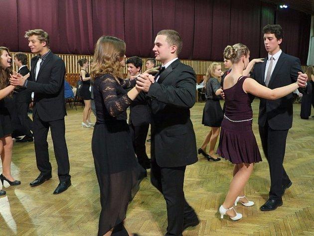 Už druhou prodlouženou mají za sebou účastníci tanečního kurzu ve Stříbře.