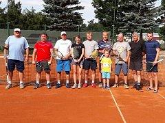 Účastníci prvního ročníku tenisového turnaje CHABR Cup. Zleva: Ditrych, Frouz, Braun, Braunová, Boček, Kunžwart, Šimák, Filo, Chada.