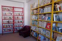 Školní knihovna v Kladrubech před a po zkrášlení.