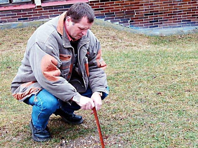 Invalidní důchodce Josef Bartoň z Tachova (na snímku) na jaře loňského roku zasadil tři smrčky. Ty se staly obětí sporu, když je jeho soused pořezal a následně spálil v kotelně.