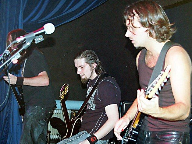 Kapela Metallica Revival Beroun (na snímku) sál Kulturního domu ve Starém Sedle naplnit nedokázala.